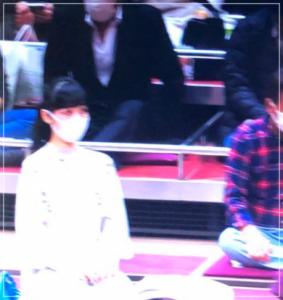 大相撲11月場所の溜席で正座してる女性