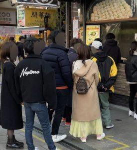 福原の姿は横浜・中華街にあった。彼女の隣には身長差25cmほどある長身のイケメン男性。二人は寄り添って歩き、人気店で行列に並んで買った焼売や小籠包を仲良く頬張った。